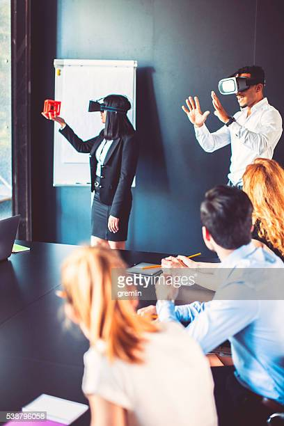 Business-meeting mit Virtual-Reality-simulator
