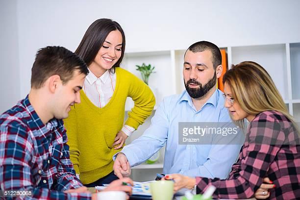 Business-meeting mit jungen professionellen Umgang mit Wirtschaftszahlen
