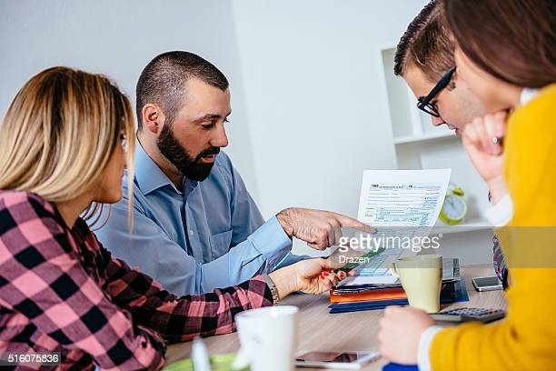 Business-meeting mit jungen professionellen Umgang mit Steuerformulare