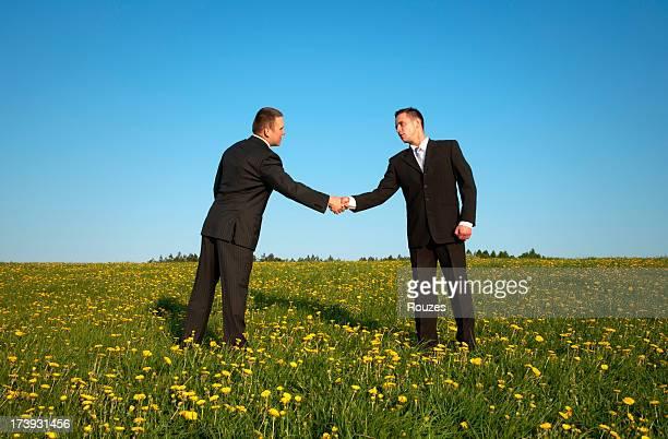 Geschäftsleute Händeschütteln im Freien