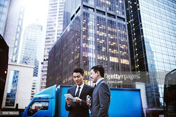 Business Männer auf Smartphones