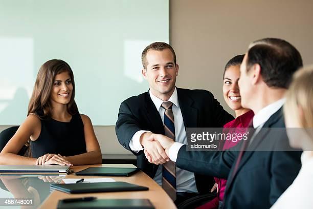 Geschäftsleute schütteln die Hände in einem Büro meeting