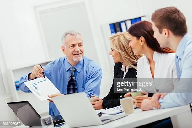 ビジネスオフィスチーム仕事である図