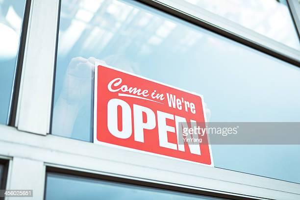 De apertura de negocios abierto de señal en frente de la tienda minorista