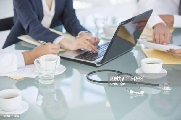 Geschäftsleute und Ärzte in den Meetingräumen