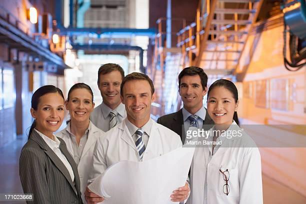 Geschäftsleute und Wissenschaftler Blick in die Werkzeuge in Fabrik