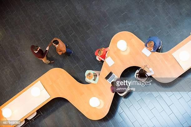Business Personen am modernen Konferenztisch