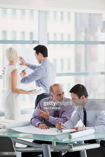 Gente de negocios en el trabajo en oficina