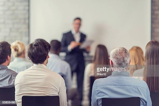 Business persone partecipa a un seminario.