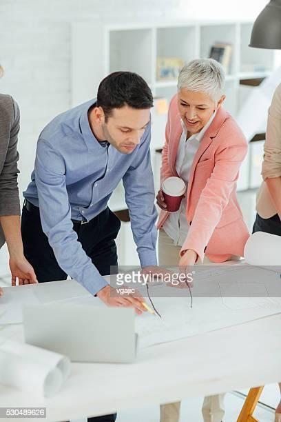 Geschäftsleute Brainstorming im Büro.