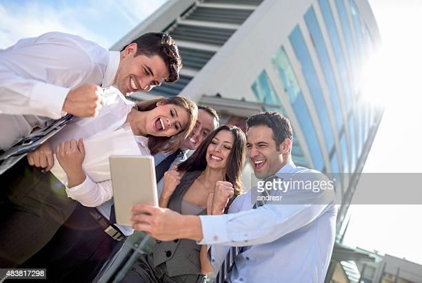 Geschäftsleute feiert Ihren online-Erfolg wird