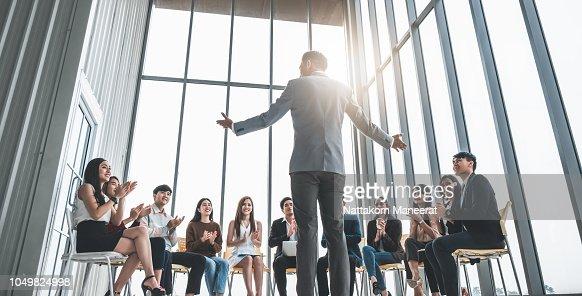 Trabajo de la gente de negocios aplaudiendo las manos durante la reunión en la oficina para su éxito en los negocios : Foto de stock