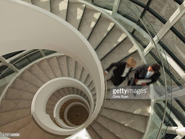Gens d'affaires des descentes d'escalier circulaire