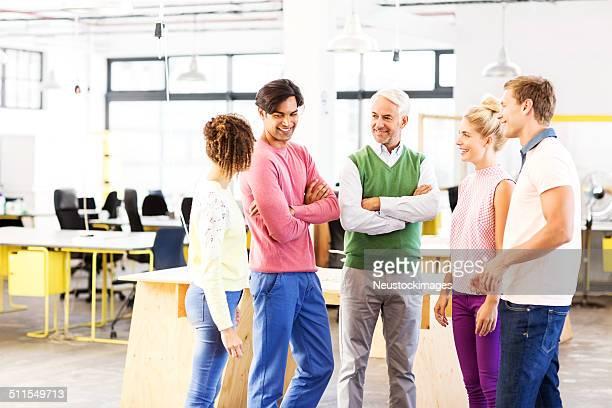 Gens d'affaires discuter au bureau