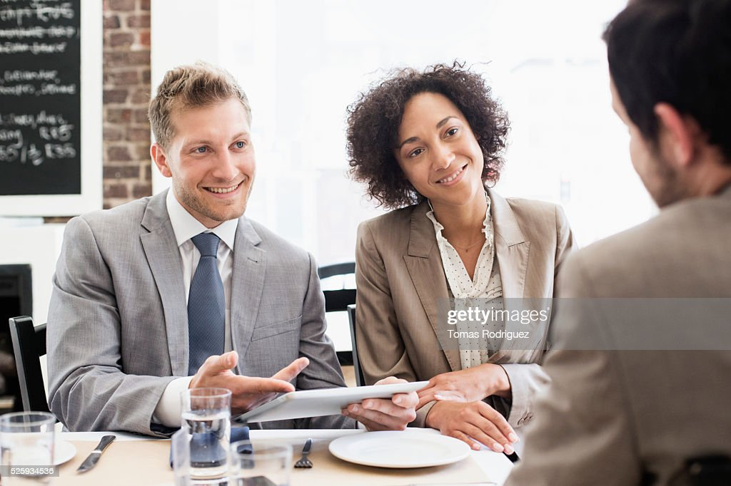 Business people discussing in restaurant : Foto stock