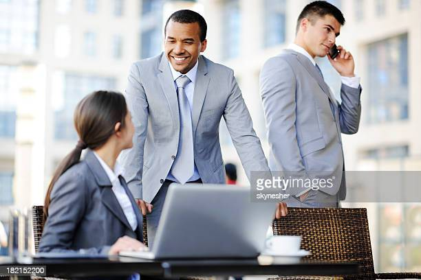 Geschäftsleute sprechen auf eine Tagung.