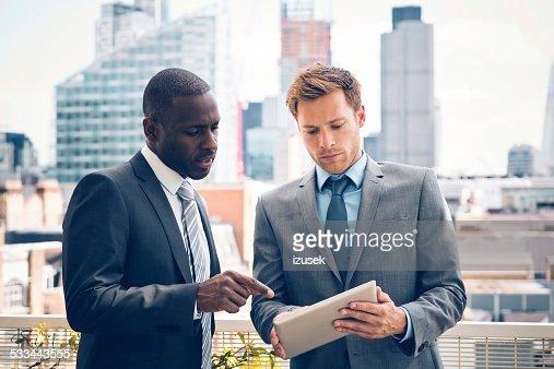 ビジネスの人々のデジタルタブレットについてはプロジェクト