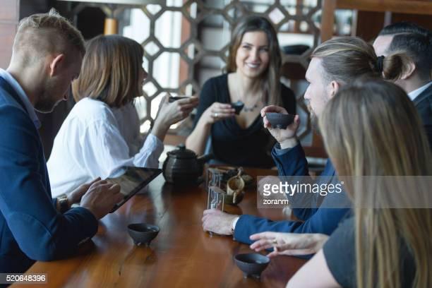 Uomini d'affari di bere tè nel ristorante