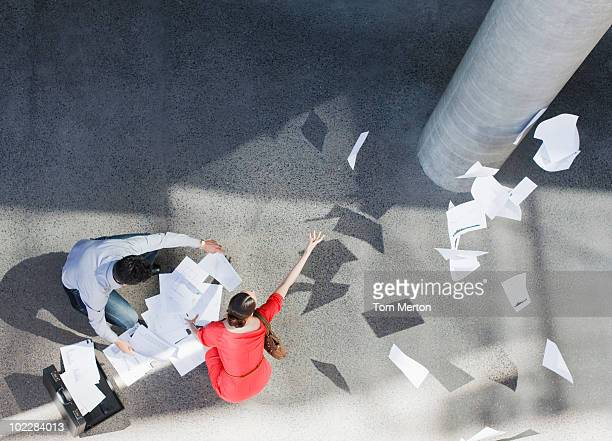 Geschäftsleute laden Papierkram