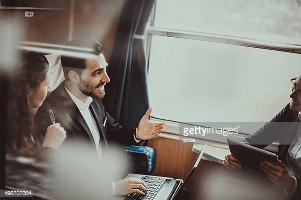 Geschäftsleute während einer Zugfahrt, arbeiten