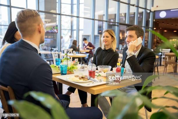 Business-Leute in der Mittagspause