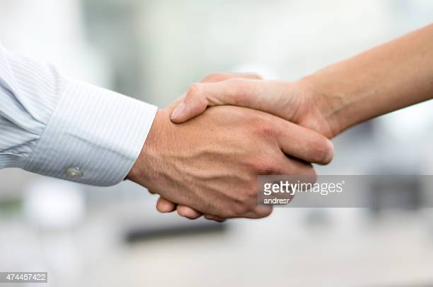 Gens d'affaires de handshaking
