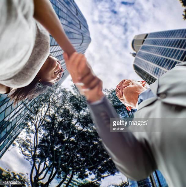 Gens d'affaires de handshaking