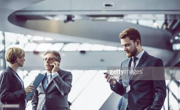 Gens d'affaires ayant une réunion dans la salle du Conseil