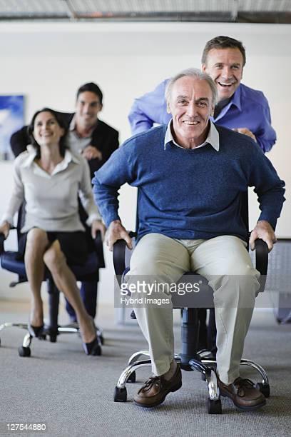 Gens d'affaires ayant une chaise de course