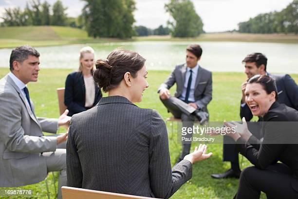 Geschäftsleute haben Treffen im Freien