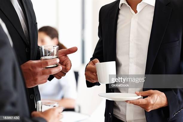 Gens d'affaires ayant l'eau et de café