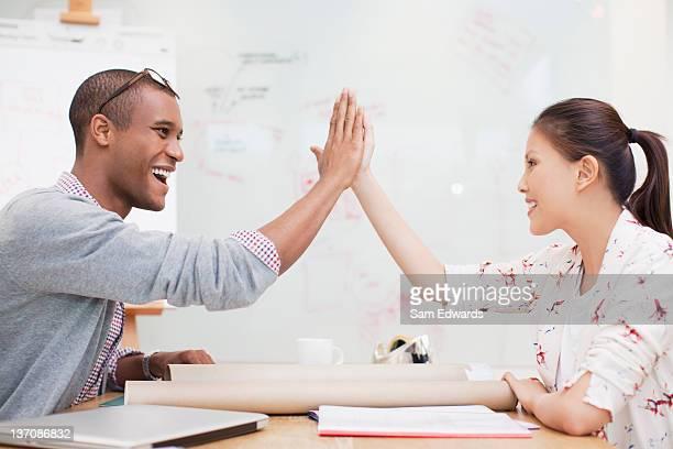 Business persone ad alta fiving in ufficio