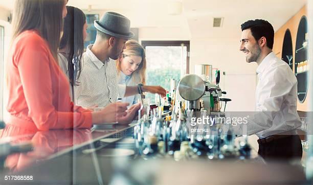 Geschäftsleute in einem Café