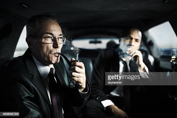 Geschäftsleute in einer limousine.