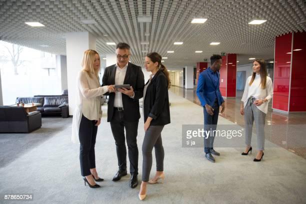 Gens d'affaires dans un hall d'accueil
