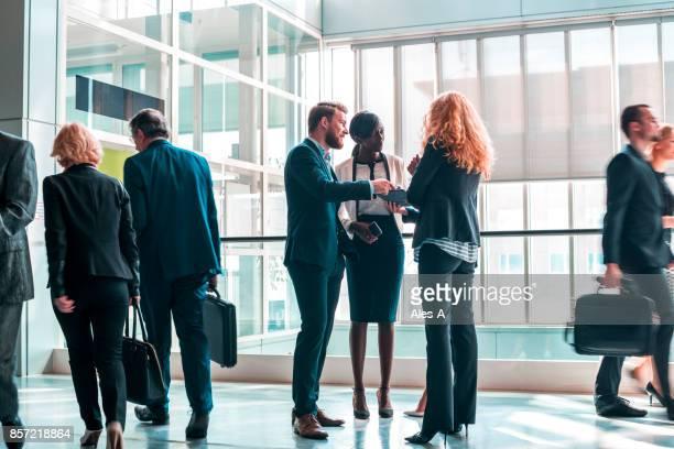 Gens d'affaires dans le hall du centre affaires