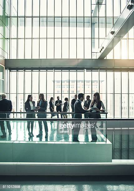 Geschäftsleute in office lobby