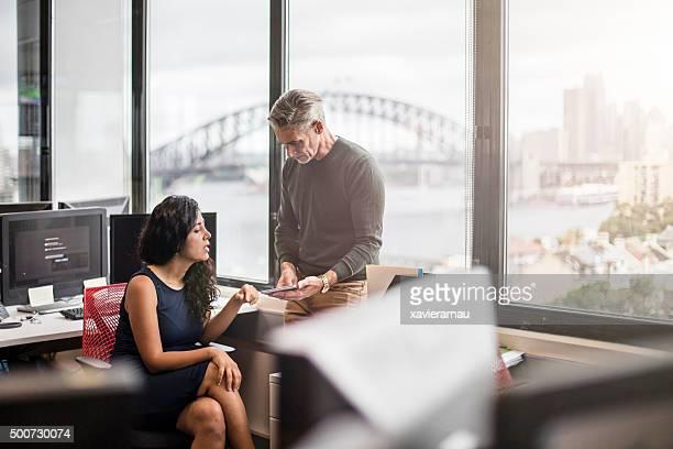 ビジネスの人々は、オフィスでの仕事には、デジタルタブレットを持っている