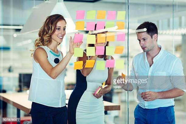 ビジネスの人々の粘着性ノートと表記します。