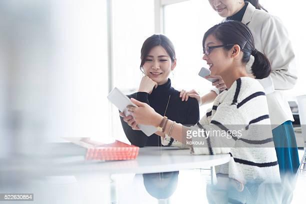 ビジネスの人々のタブレットを見ている