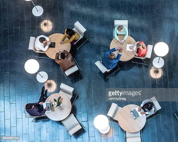 ビジネスの人々のミーティングテーブルで、上からの眺め