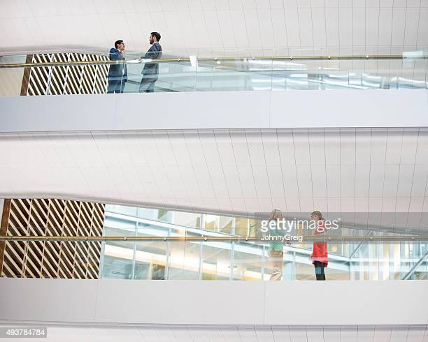 Reunión de gente de negocios en la oficina moderna en diferentes plantas