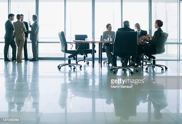 Geschäftsleute Treffen in separate Gruppen im Konferenzraum