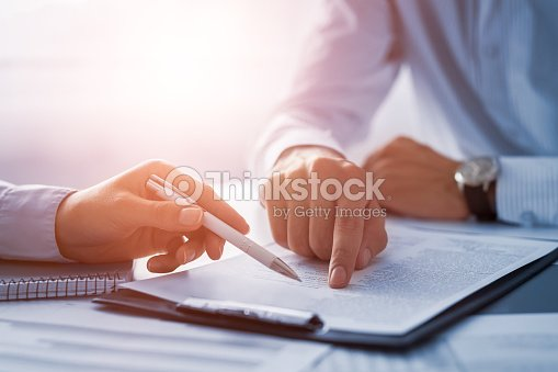 Business people negotiating a contract. : Foto de stock