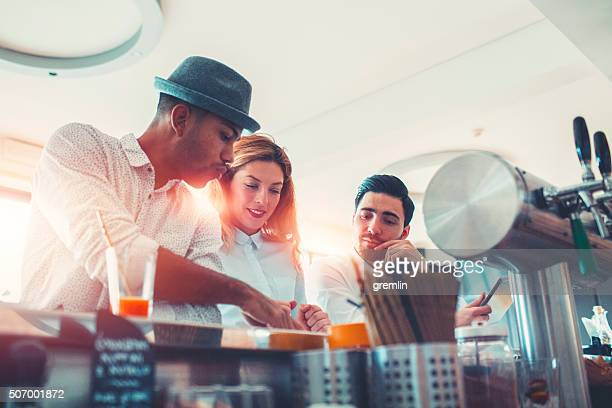 Uomini d'affari su una pausa caffè nella caffetteria