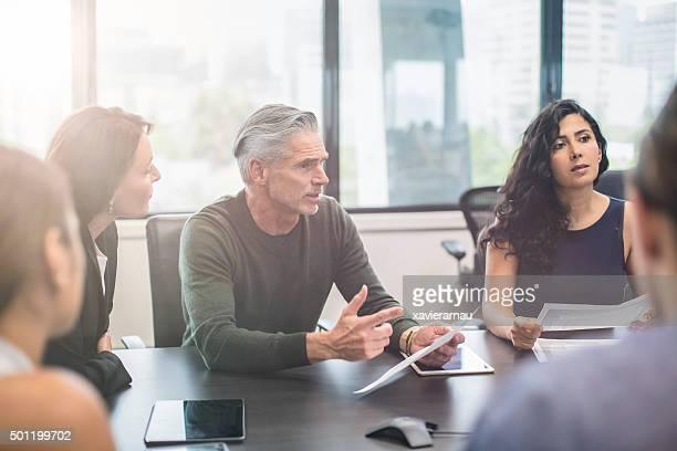 事業名様のミーティングに、オフィスで