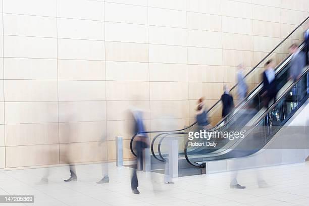 Geschäftsleute auf Rolltreppen