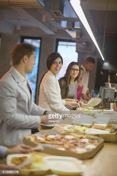 Gens d'affaires sur la pause déjeuner