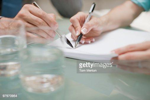 ビジネスの人々を指す書類、ペン