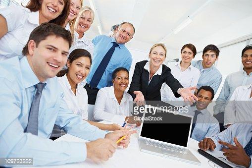 Las personas de negocios que presentan un blanco la pantalla del ordenador portátil : Foto de stock